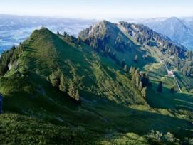 Einer der zwei bestehenden Naturparks: Biosphäre Entlebuch, Kanton Luzern. Blick von der Beichle (1769 m) ins Entlebuch.