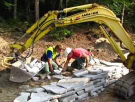 Gehört in Bülach zu den Aufgaben des Forstdienstes: Bau einer Trockenmauer für Eidechsen.