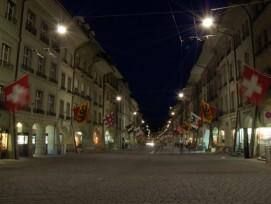 Noch leuchtet es unter den Berner Lauben. Geht es nach dem Grossen Rat soll hier in der Nacht aber bald Dunkelheit herrschen.