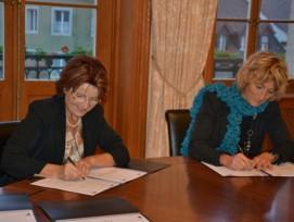 Renate Gautschy (links), Präsidentin der Gemeindeammänner-Vereinigung des Kantons Aargau, und Frau Landammann Susanne Hochuli bei der Unterzeichnung der Rahmenvereinbarung zu eGovernment.