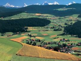 Mit einem neuen Leitfaden sollen intakte Landschaften besser geschützt werden. Im Bild: Blick vom Moeschberg bei Zaeziwil im Emmental auf die Berner Alpen.
