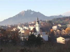 Neue Bauzonen trotz schrumpfender Bevölkerung: Die Stiftung Landschaftsschutz Schweiz legt gegen die Ortsplanung von Adligenswil LU Beschwerde ein.