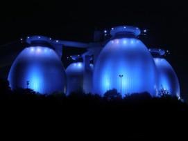 Ein Element auf  dem Weg zur  Energieautonomie: Faultürme des Klärwerks Bottrop bei Nacht.