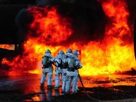 Diese Feuerwehrmänner wissen, wie man auch bei grosser Hitze arbeitet.
