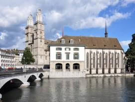 Für die Wasserkirche und das Helmhaus (im Hintergrund das Grossmünster) war der Hauswart zuständig, der fast eine Million Franken veruntreut hatte.