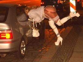 Solche Szenen will man in Chur künftig nicht mehr sehen: Eine Prostituierte verhandelt auf dem Berliner Strassenstrich mit einem Freier.