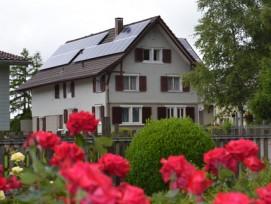 Kleine Photovoltaikanlagen, wie hier in Hohentannen TG, können künftig ohne Bewilligung gebaut werden – dafür werden die nachträglichen Kontrollen verschärft.