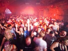 Im Aargau bisher an Feiertagen unmöglich: Party in einem Club. Nun wird das kantonale Tanzverbot aufgeweicht. Künftig dürfen die Gemeinden längere Öffnungszeiten bewilligen.