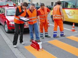 Kritischer Blick auf Zebrastreifen: Laut Fussverkehr Schweiz werden diese immer häufiger ersatzlos aufgehoben.