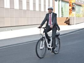 Männlich, über 50: Ein typischer E-Bike-Nutzer auf dem Weg zur Arbeit