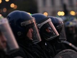 Nicht immer schützt die Vollmontur gegen gewalttätige Mitbürger: Die Polizisten beklagen sich über steigende Gewalt gegen die Ordnungshüter.