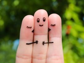 Fingerspiel: Zwei Damen (Zeigefinger und Ringfinger) umarmen den Herren (Mittelfinger).