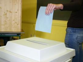 Abstimmung: Stimmzettel werden in die Urne geworfen