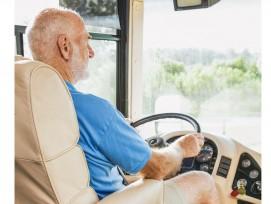 Rentner fährt Bus