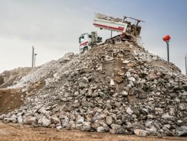 Baustoffrecycling: Ein LKW entlädt eine Ladung Bauschutt im Werk der Eberhard Unternehmungen.