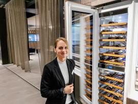 Jasmin Riesen, Leiterin Marketing Relations, mit Kühlschrank-Modell.