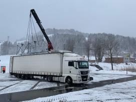 Sattelschleper mit Tragkonstruktion für Solar-Faltdach in Jakobsbad