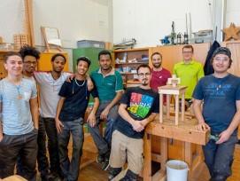 Teilnehmer des Holzlehrgangs «Perspektive Holz» mit Ausbildner Mathias Stauffer