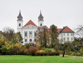 Das Kloster Schlehdorf in Bayern.