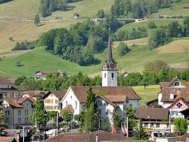 Blick auf Seewen und seine Kirche.