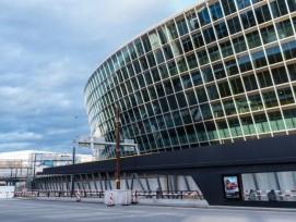Glasfassade von The Circle am Flughafen Zürich