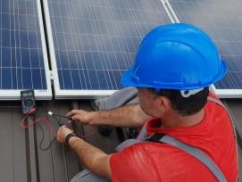Einrichten einern Photovoltaik-Anlage. (Symbolbild)