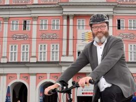 Claus Ruhe Madsen auf dem Fahrrad.