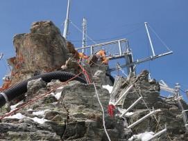 Schlauch-Verlegung durch Kletterer auf Jungfraujoch