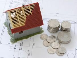 Einfamilienhaus-Modell, Geld und Plan.