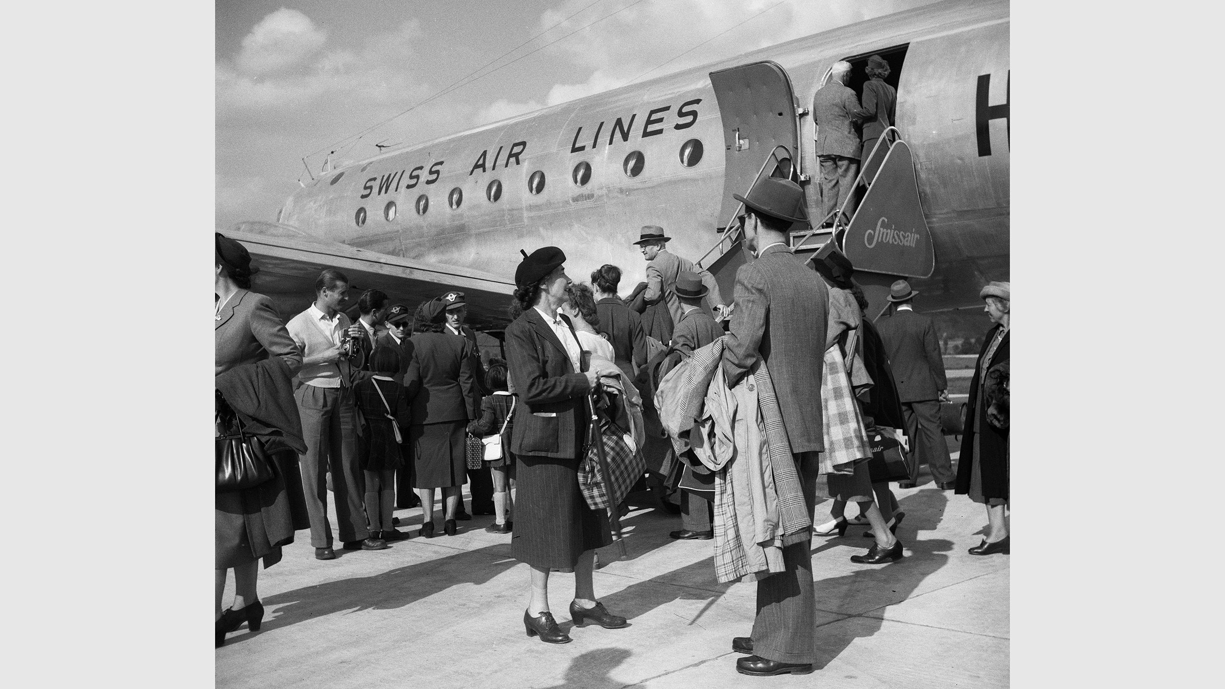 Passagiere beim Einstieg in eine Douglas DC-4