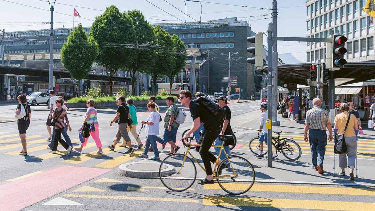 Fussgänger und Velofahrer in Stadt Luzern