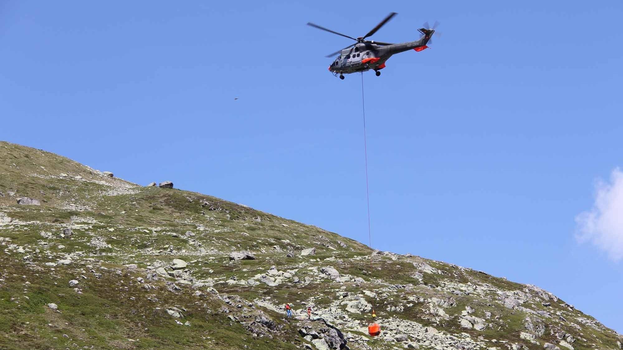 Helikopter transportiert Betonblock für Steinschlagversuch
