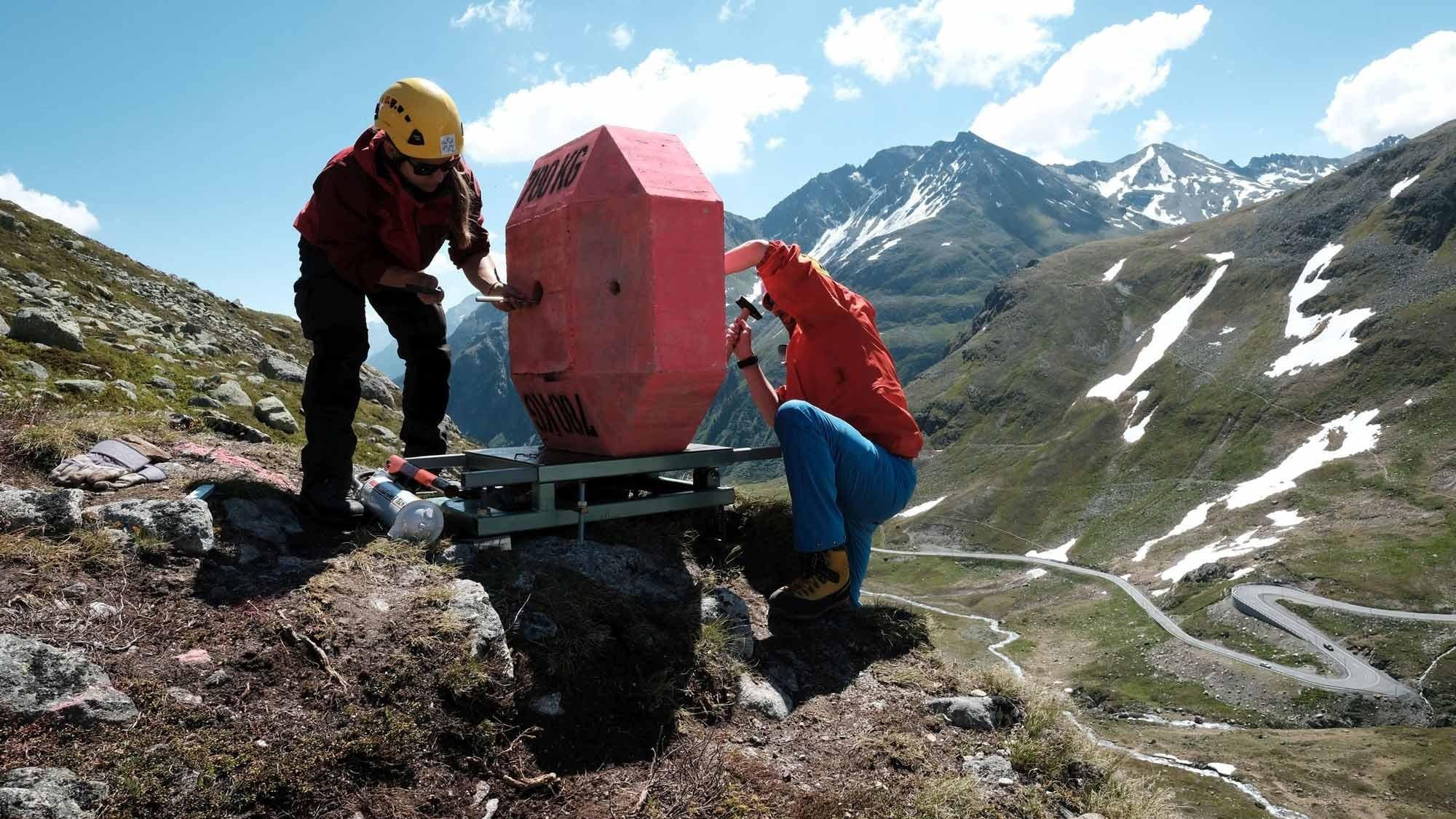 Forscher montieren Sensor an Betonblock