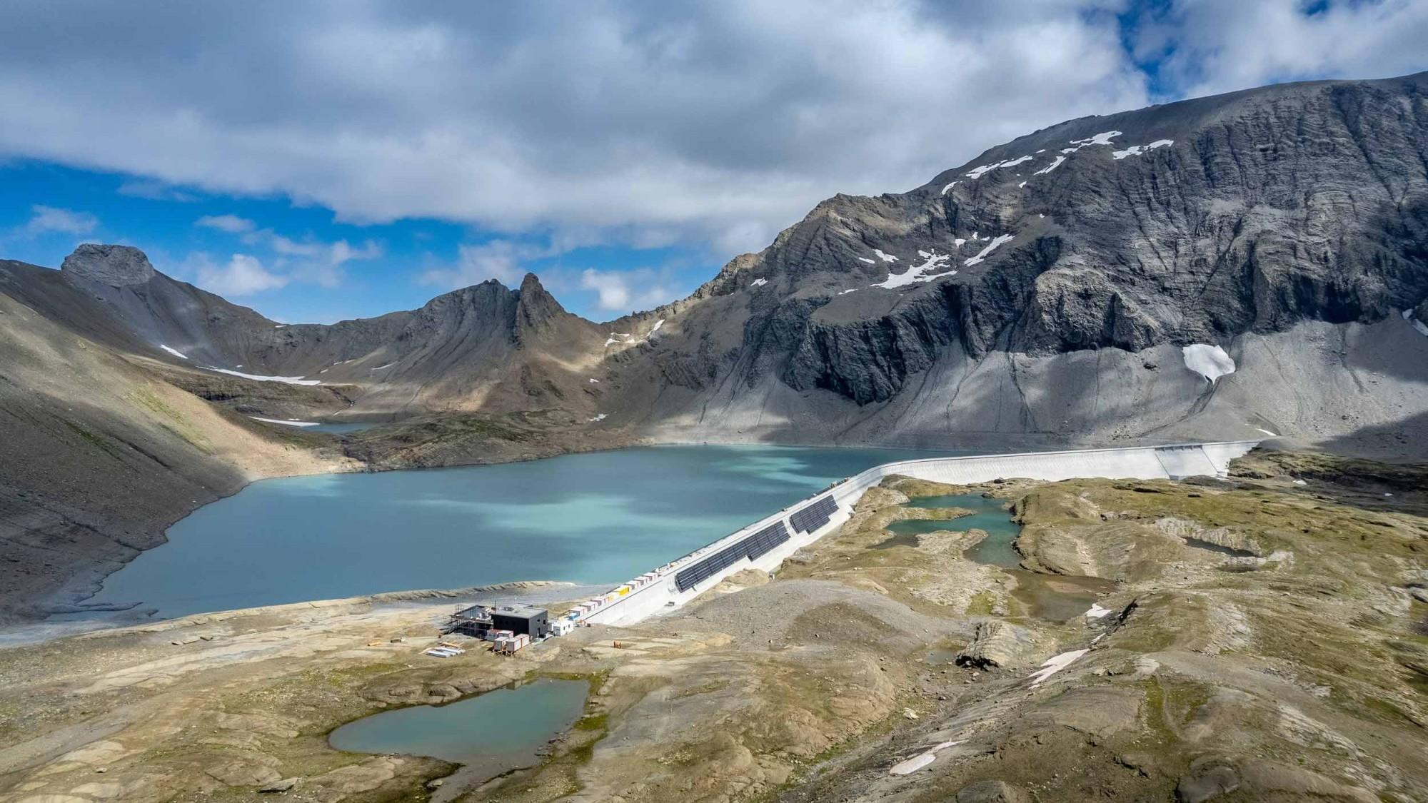 Bau der alpinen Solaranlage an der Muttsee-Staumauer